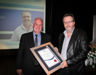 2015 : Dr Pieter Pretorius is presented with a 10 Year Service Award by the EGHS Director of Medical Services, Dr Eric Kennelly